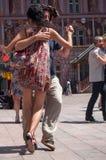 探戈舞蹈家夫妇主要地方的有春天探戈节日的其他舞蹈家的 图库摄影