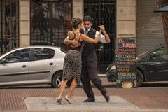 探戈,典型的阿根廷舞蹈在同一个名字的老邻里的心脏在布宜诺斯艾利斯,阿根廷  免版税库存图片