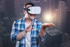 探索一个虚拟世界的吃惊的愉快的人 库存照片