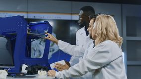 探索三维打印技术的科学家