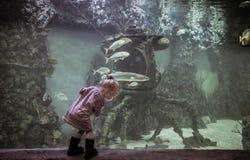 探索与下沉的探测深海小潜艇船的好奇孩子水下的世界在未来派和意想不到的大海洋aqu的浮动鱼中 免版税图库摄影