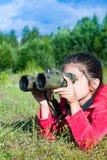 探索与双筒望远镜环境的女孩年轻研究员 库存照片