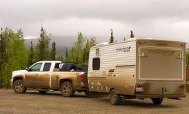 探索北极春天的露营车 免版税图库摄影