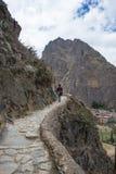 探索印加人足迹和考古学站点的游人在Ollantaytambo,神圣的谷,旅行目的地在库斯科地区, 免版税库存图片