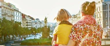 探索吸引力的母亲和女儿游人在布拉格 免版税库存图片