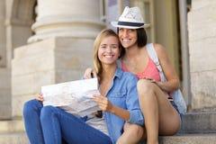 探索城市的年轻美丽的妇女旅客 库存照片