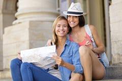 探索城市的年轻美丽的妇女旅客 免版税库存照片