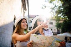 探索女友旅行的暑假发现无忧无虑的生活方式 库存照片