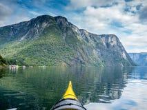 探索惊人的Naerofjord在有皮船的挪威- 10 免版税库存图片