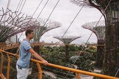 探索滨海湾公园的年轻人在新加坡 免版税库存图片