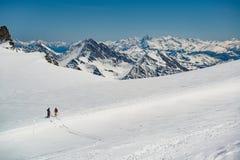 探索的冰川或多雪的土地走与高山滑雪的人 欧洲阿尔卑斯勃朗峰断层块登上 冬天 图库摄影