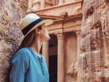 探索Petra视域城市的妇女 库存图片