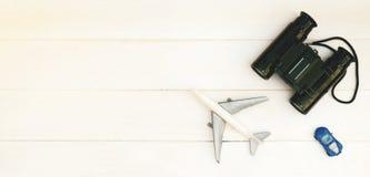 探险家旅行运输在桌上的玩具项目 免版税库存图片