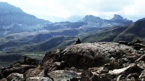 探险家观看的山 免版税图库摄影