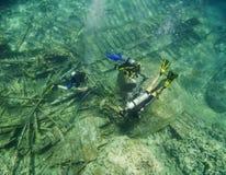 探索水下的击毁的轻潜水员 免版税库存照片