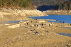 探索凹下去的老村庄秋天的废墟在Sylvenst的人们 免版税库存图片