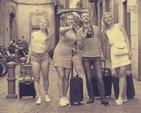 探索加泰罗尼亚城市的四个朋友 免版税库存照片