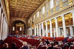 探索圣玛丽亚Maggiore教会的主要穹顶的游人  免版税库存图片
