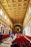 探索圣玛丽亚Maggiore教会的主要穹顶的游人  库存照片