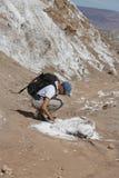 探索月亮谷的背包徒步旅行者在阿塔卡马沙漠,智利 免版税库存图片