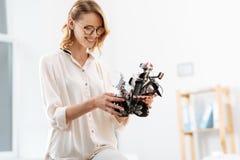 探索未来派机器人的包含的工程师在实验室里起作用 库存图片