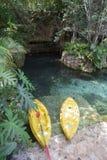 探索概念在热带场面的皮船小船 免版税库存照片