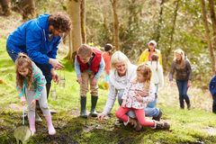 探索池塘的成人和孩子在活动中心 免版税库存图片