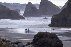 探索海滩的家庭 库存图片