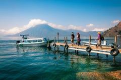 探索湖Atitlan周围在危地马拉 免版税库存照片