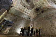 探索的古色古香的罗马废墟 免版税库存图片