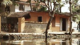 探索的喀拉拉死水乘独木舟 一个村庄 印地安人走 影视素材