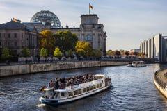 探索的柏林,从轮渡看见的Reichstag 免版税库存照片
