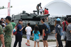 探索豹子牌坦克的访客在军队家庭招待会2017年在新加坡 库存图片