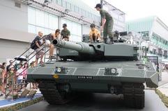 探索豹子牌坦克的访客在军队家庭招待会2017年在新加坡 免版税库存照片