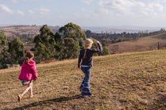 探索走的原野储备的女孩 库存照片