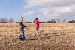 探索走的原野储备的女孩 免版税库存图片