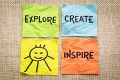 探索,创造,启发并且微笑提示 免版税库存照片