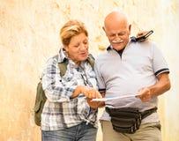 探索La瓦莱塔马耳他的老镇活跃资深夫妇 免版税库存图片