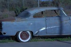 直接别克8个在日落的驾驶低底盘汽车兜风者后面轮胎 免版税库存照片