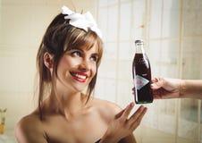 接受一个老葡萄酒古柯的美丽的减速火箭的女孩 免版税图库摄影