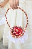 与玫瑰花瓣的篮子在科珀斯克里斯提队伍 库存照片