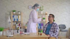接受从一个人的嘴的妇女医生唾液考试与棉花棒 股票录像