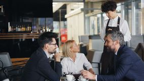 接受从小组的女服务员命令买卖人人和夫人谈话在桌上 影视素材
