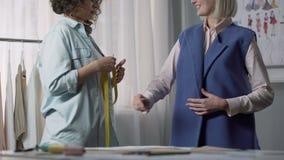 接受企业制服的女装设计师生产命令,单独测量 股票视频
