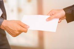 接受信封回归的商人 免版税库存照片