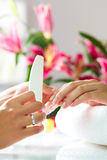 接受修指甲的钉子沙龙的妇女 图库摄影
