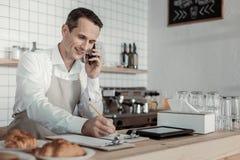 接受命令每个电话的殷勤工作者 免版税库存图片
