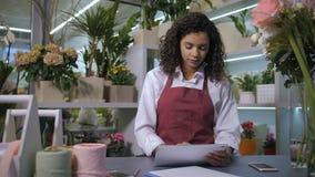 接受命令的卖花人使用在花店的片剂 股票录像