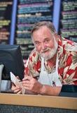 接受命令的咧嘴笑的咖啡馆工作者 免版税库存照片