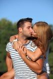 接受和亲吻的逗人喜爱的夫妇 图库摄影
